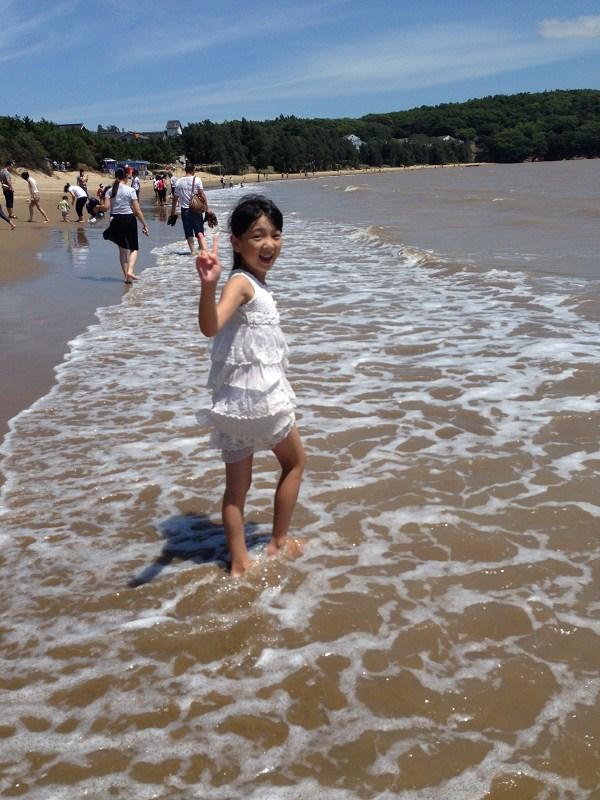这个暑假,我来到了让我向往的大海,那里的游人很多,都是奔着大海来的。到了傍晚,潮水来的时候,大家的尖叫声和笑声混合在一起。真是无比壮观!
